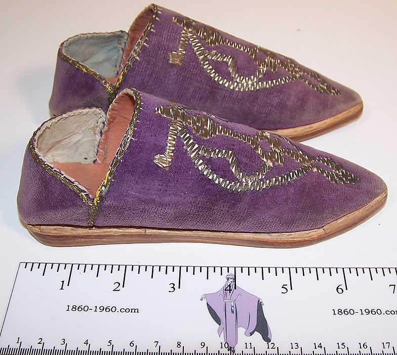 Vintage Moroccon Childs Cherbil Gold Embroidery Purple Velvet Slipper Shoes side view.